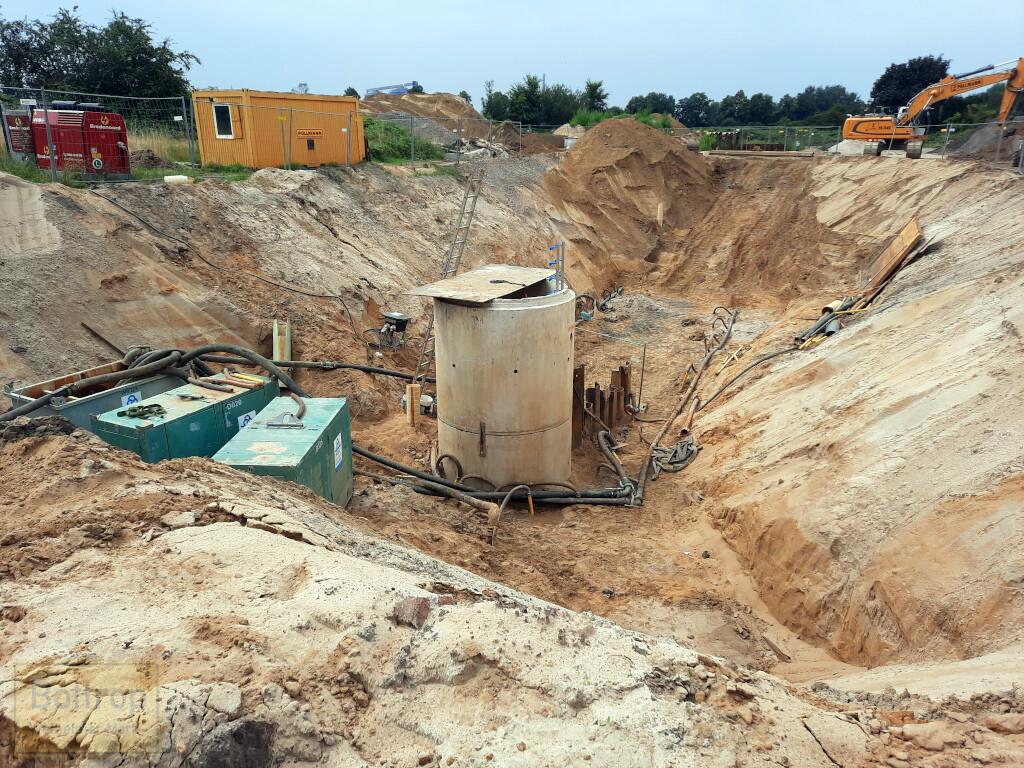 Baugrube im Feld
